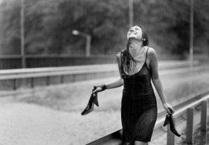 mulher na chuva